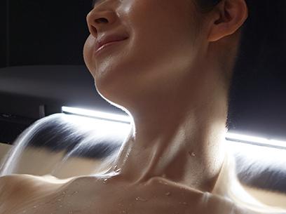 湯を、まとう。お湯が織りなすベールのような新感覚「アクアフィール[肩湯]」