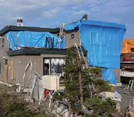 建物の上を巨大竜巻が通過、周囲は倒壊する中で構造躯体は無事