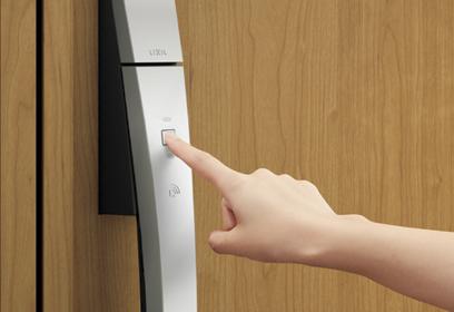 ドアのボタンを押すだけでピッとカギを開ける。
