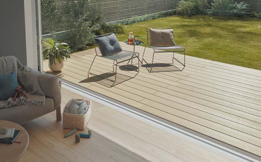 室内と庭とをつなげたデッキを設置することで、リビングがいっそう広々ゆったりとした印象に変化します。