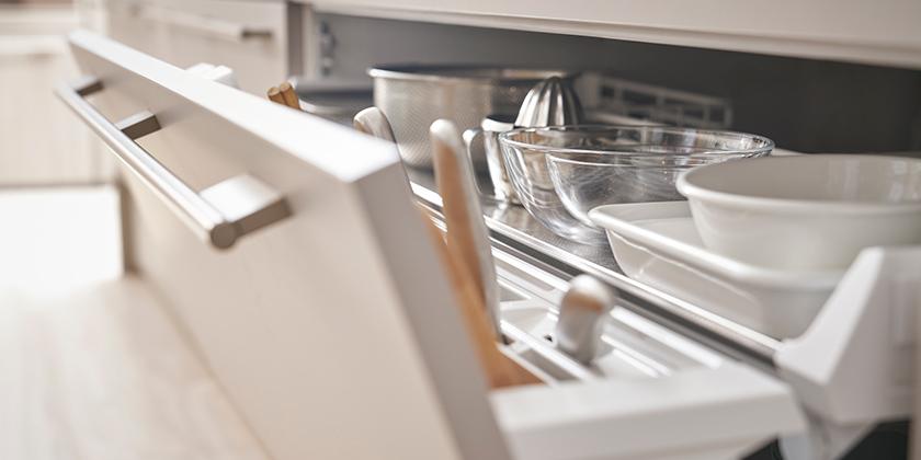 ほしい道具が最小限の動きで取り出せ、軽く開いてたっぷりしまえるらくパッと収納。「ヒューマン・フィット・テクノロジー」から生まれたキッチン収納が、作業をやさしくサポートします。