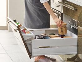 奥行きいっぱいまで収納できるロングスライド引出しで収納量もたっぷり確保。奥にしまったものもスムーズに取り出せます。