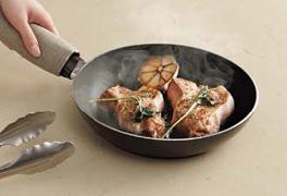 高温のフライパンや鍋を直接置いても、変色や変形はありません。 ※安全のため鍋敷の使用をおすすめします。