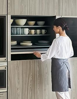 よく使う食器を素早く取り出せる、アクセスウインドウ付きの2ウェイクローゼット。