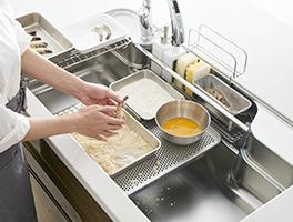 まわりが汚れやすい作業も、シンク内なら気軽に行えます。 そして、作業はシンク内で完結するので、お掃除はシンク内を洗い流すだけ。