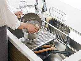 中段のプレートを活用すれば、パスタ鍋など大きな道具もラクな姿勢で洗えます。