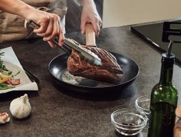高熱のフライパンや鍋など置いても、変形や変色が起こりにくい丈夫な素材です。