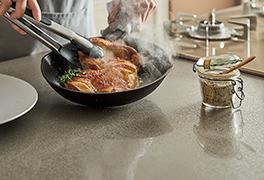高温のフライパンや鍋を直接置いても、変色や変形がありません。