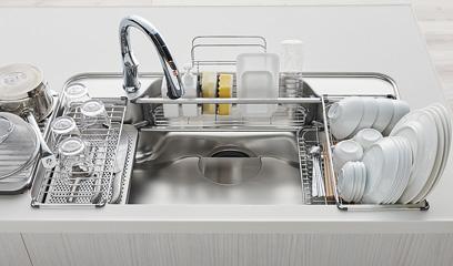 洗い物の際にもシンクサポートを使用すれば作業がはかどります。すすぎ前の食器をアンダープレートの上に置くなど、シンク内で汚れ別に仕分けられます。