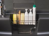 大きなポケットはハンドソープ、中性洗剤とスポンジ2個を入れても余裕の広さです。