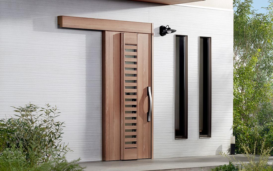 玄関に近づくだけで、自動でカギと扉が開閉。ハンドルや扉に触れずに出入りできて安心です。防犯や防虫に配慮しながら風を採り込める採風デザインもご用意しています。