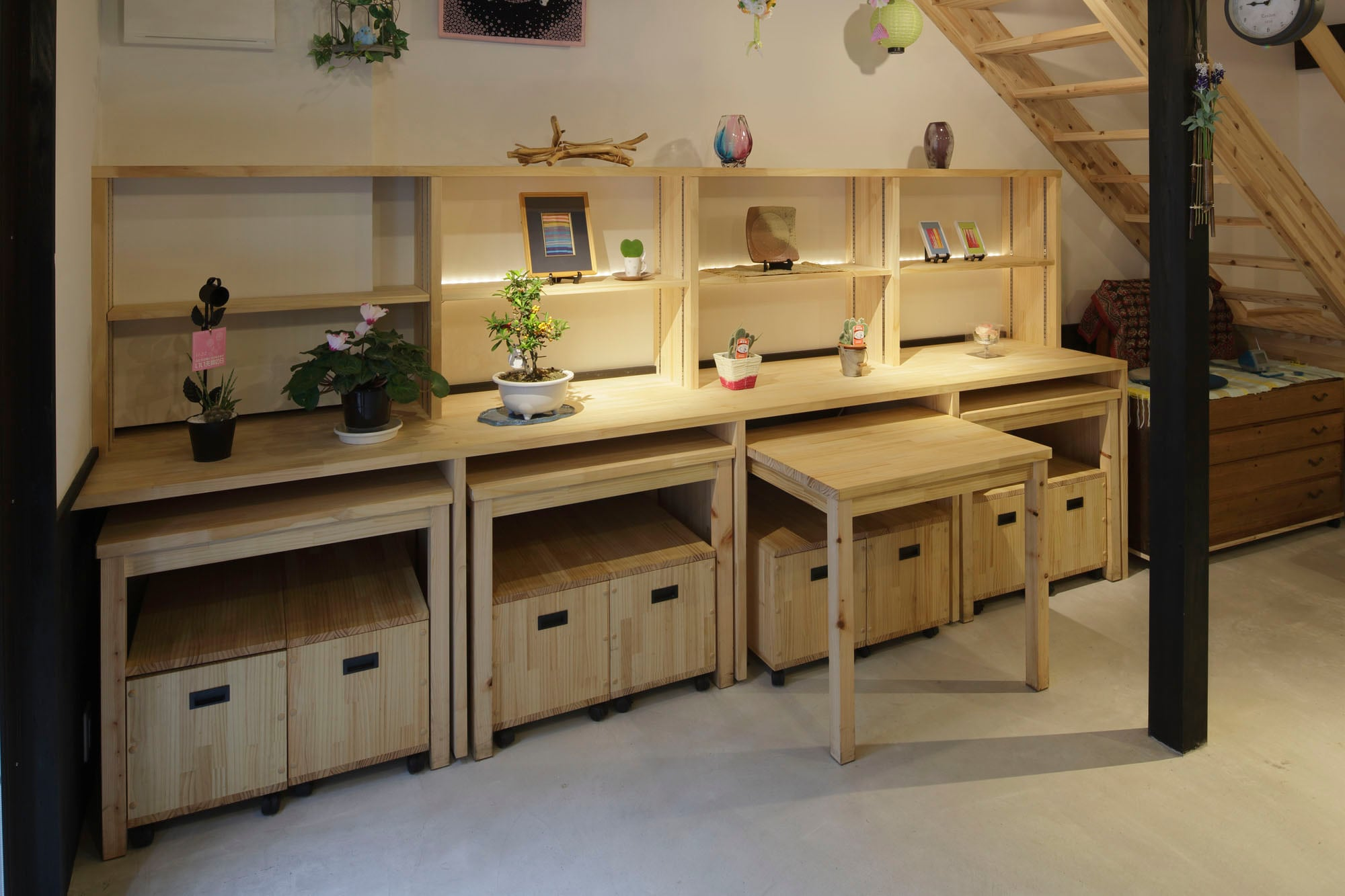 集会室の机と椅子が収納できる飾り棚。の写真