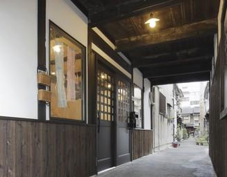 伝統的な町屋の路地を、古材やレトロな建具で再現。の写真