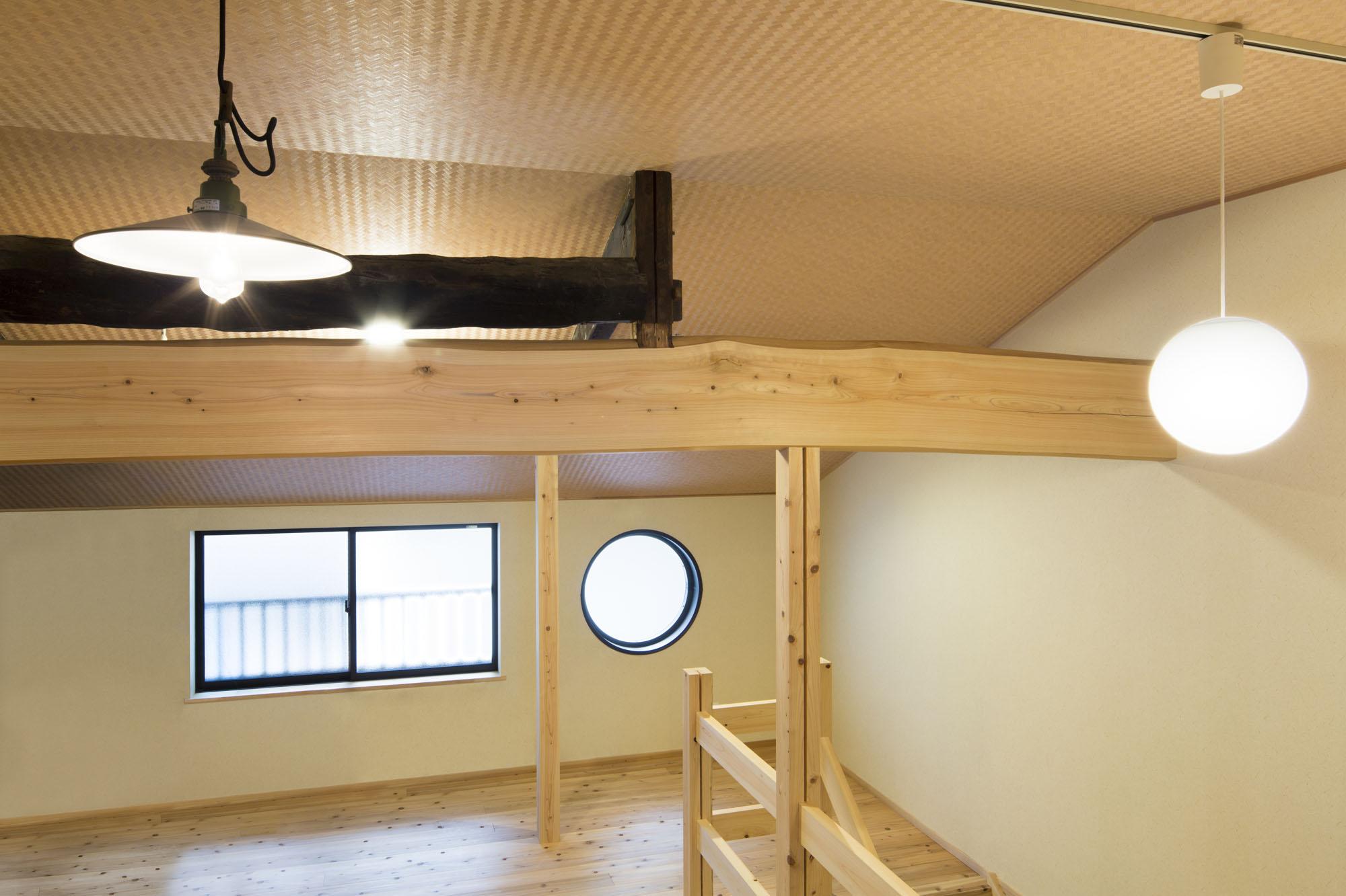 2階は天井板を外して開放的に。の写真