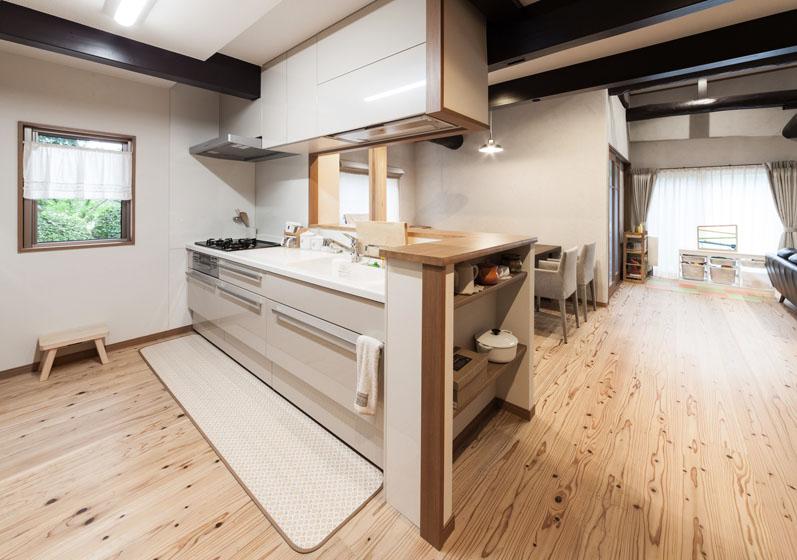 明るく手入れのしやすいキッチンです。の写真