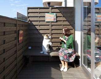 バルコニーにベンチを設け、半屋外のくつろぎ空間を。の写真
