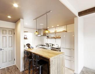 キッチン、リビング、廊下を合わせてカフェ風に改装。の写真