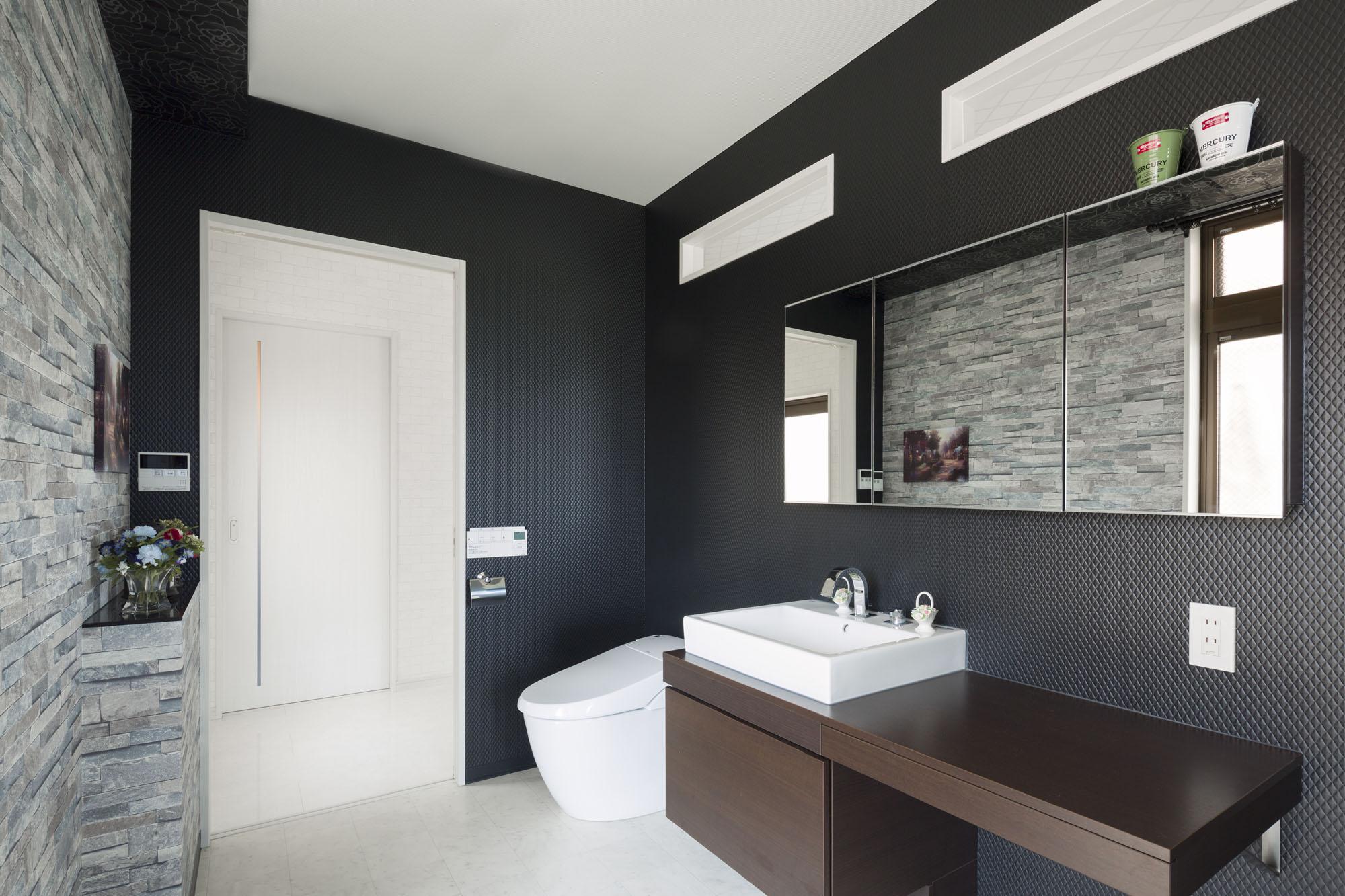 ホテルのようなスタイリッシュな洗面室。の写真