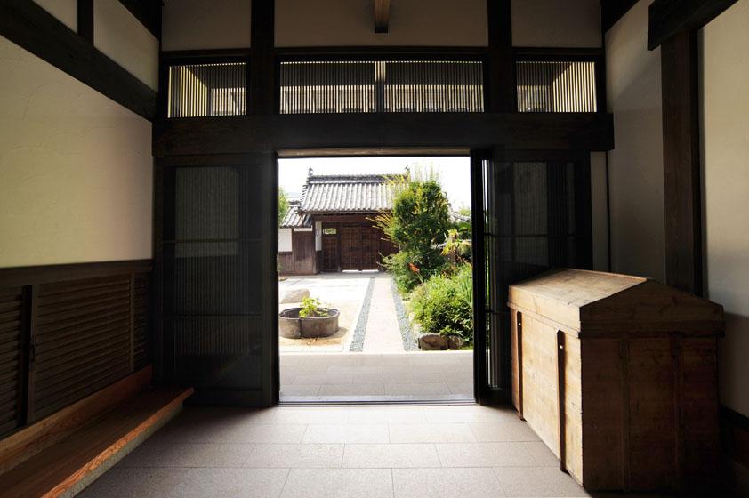 玄関からのアプローチをすっきり品良くまとめて。の写真