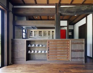 キッチンカウンターは古い建具で周囲との調和をとって。の写真