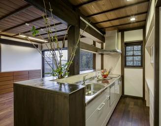 庭を眺めながら作業ができる機能的なキッチン。の写真
