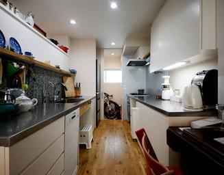 キッチンにも通じる便利な玄関土間。の写真