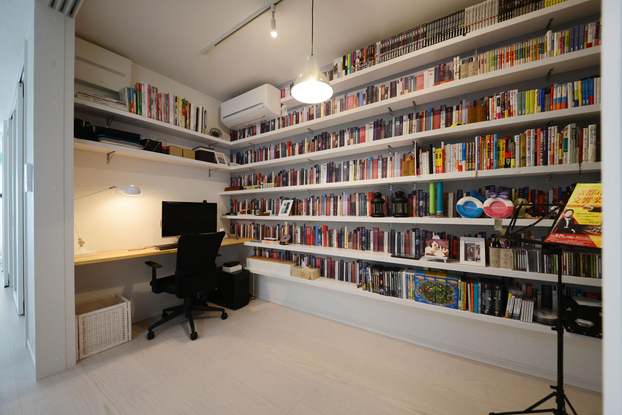 LDK隣接の書斎。戸を閉め切って集中もできます。の写真