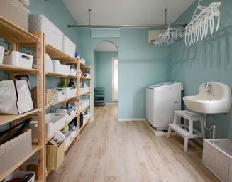 浴室と寝室の間に収納充実のランドリースペース。の写真