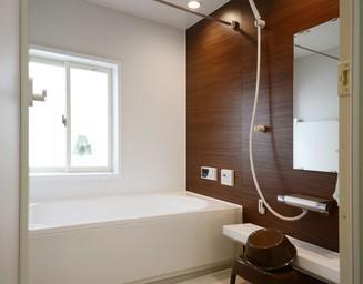 浴槽は水垢のつきにくいコーティングでお手入れ楽々。の写真