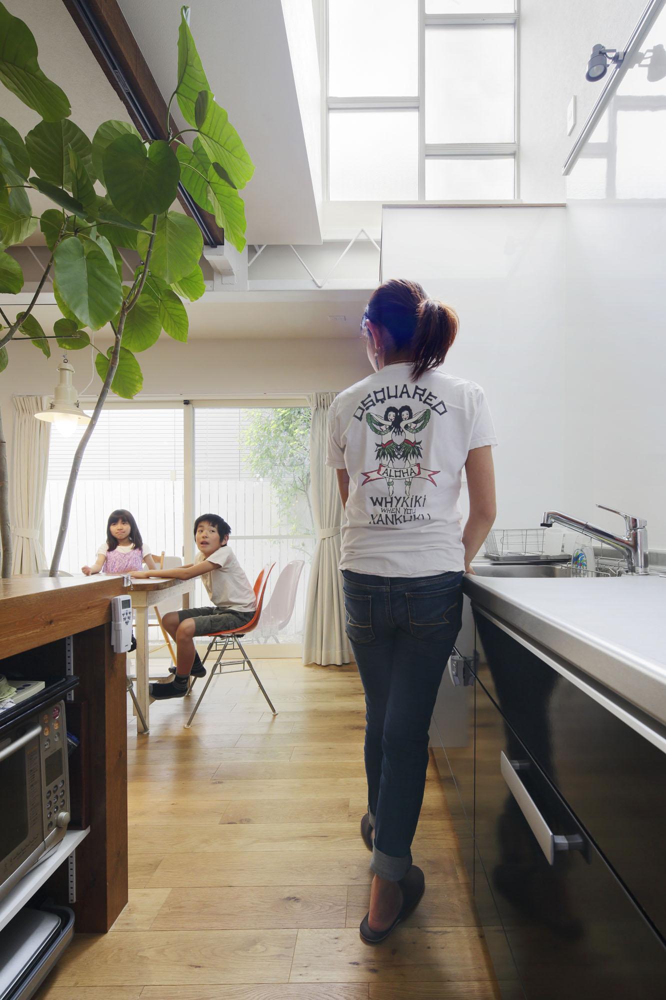 吊り戸棚をあえて設けず、軽やかなキッチンに。の写真