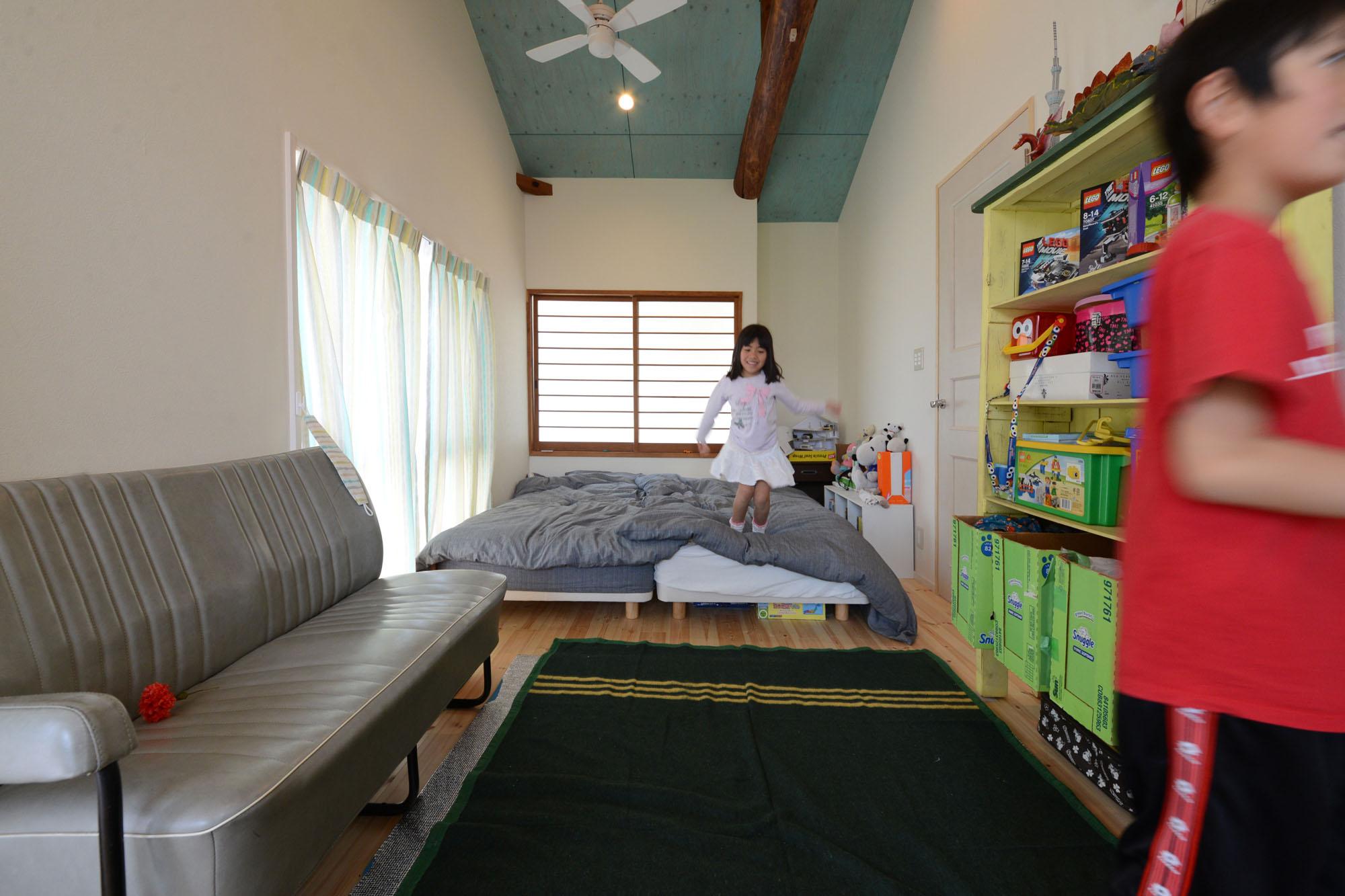 2人用の子供部屋は、将来の個室化を見越してドアを2カ所に設置。の写真