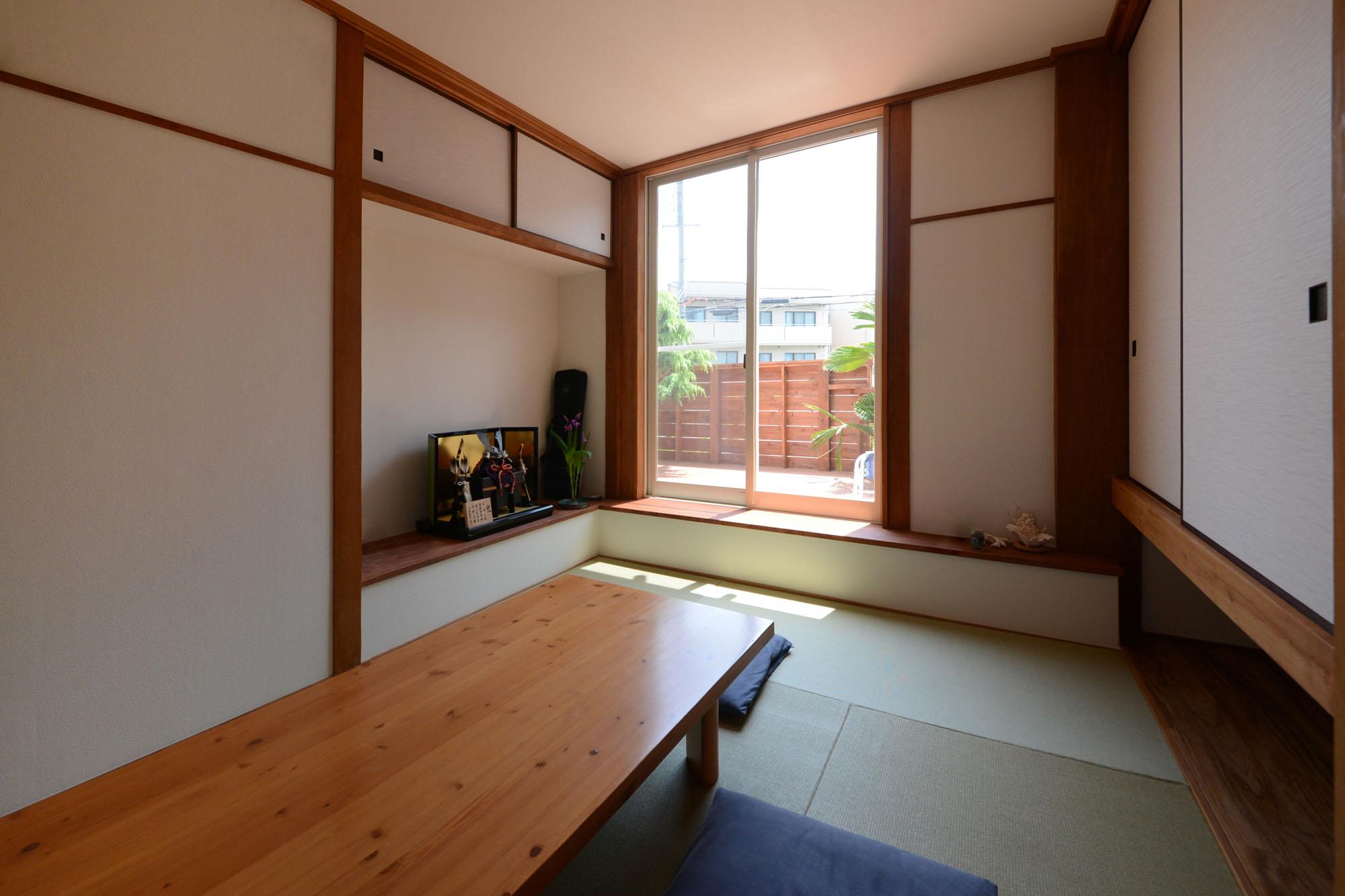 くつろぎ方が広がる、ウッドデッキ付きの和室。の写真
