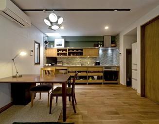 キッチンはタイル張りの壁。の写真