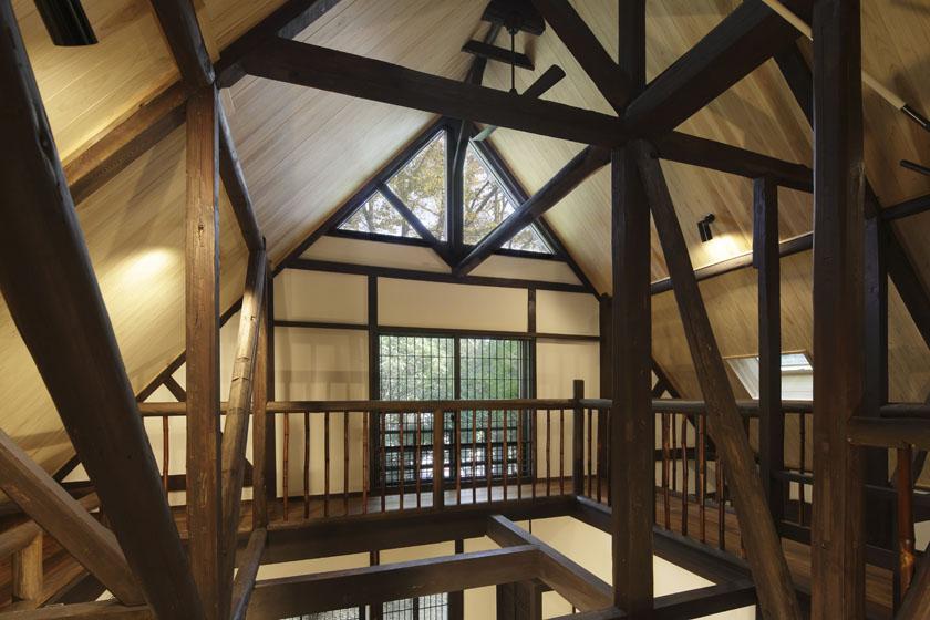 吹き抜けの最上部の窓が、建物全体に光をまわします。の写真