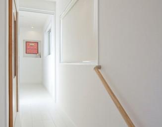廊下も白で統一。の写真