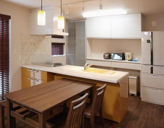 一体感のあるオープンキッチン。の写真
