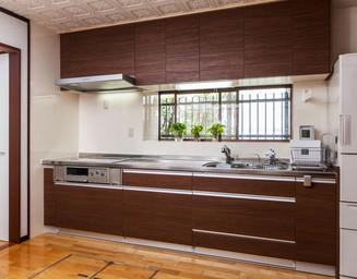 省スペースの壁付けタイプキッチン。の写真