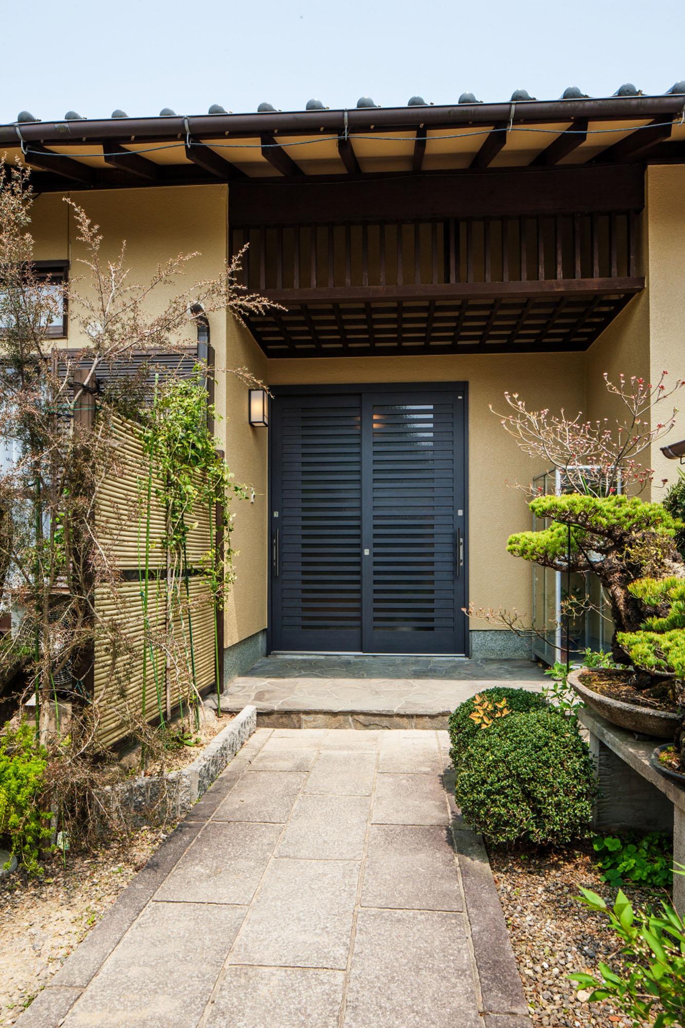 3世代の家の玄関。の写真