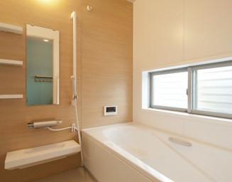 光あふれる浴室。の写真