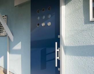 青い玄関。の写真