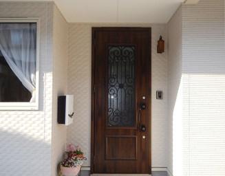 花を飾る玄関。の写真