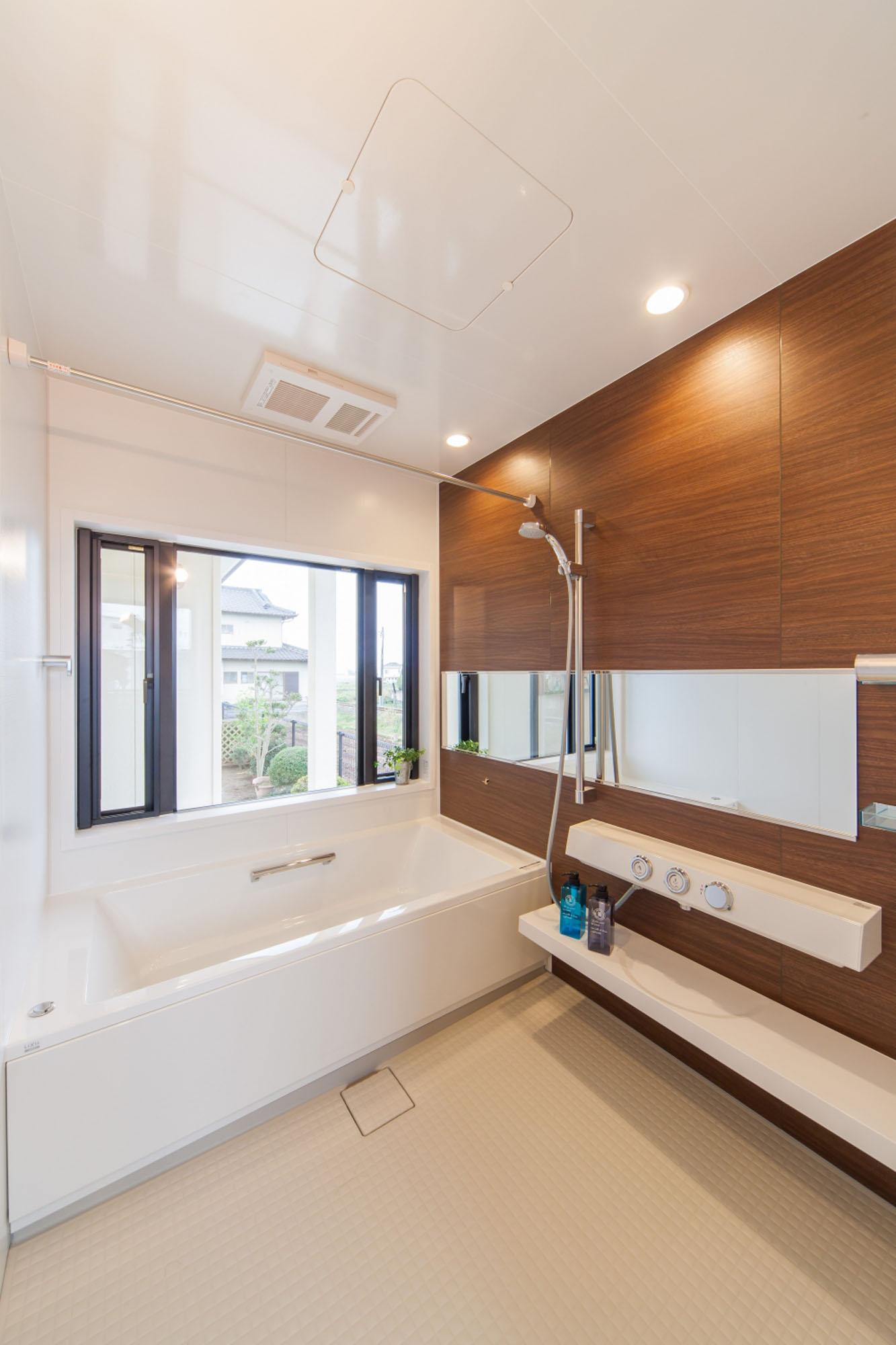 採光豊かな浴室。の写真