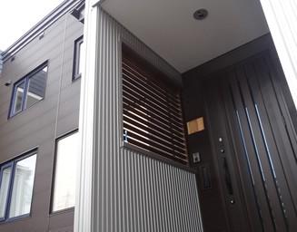 モダンな外観と玄関。の写真