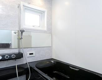 家と調和する浴室。の写真