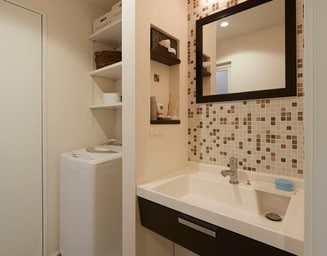 タイル壁の洗面化粧台タイプ。の写真