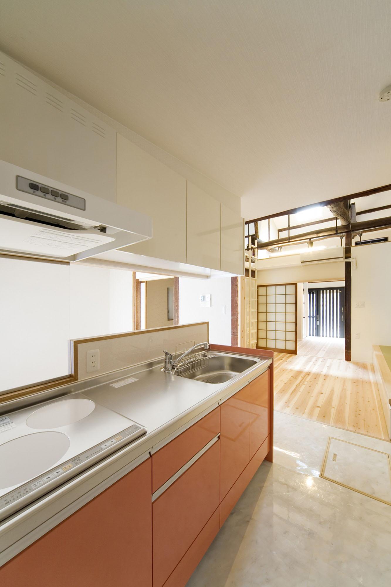 スマートで明るいキッチン。の写真