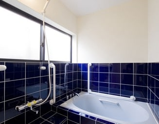 ブルーの浴室。の写真