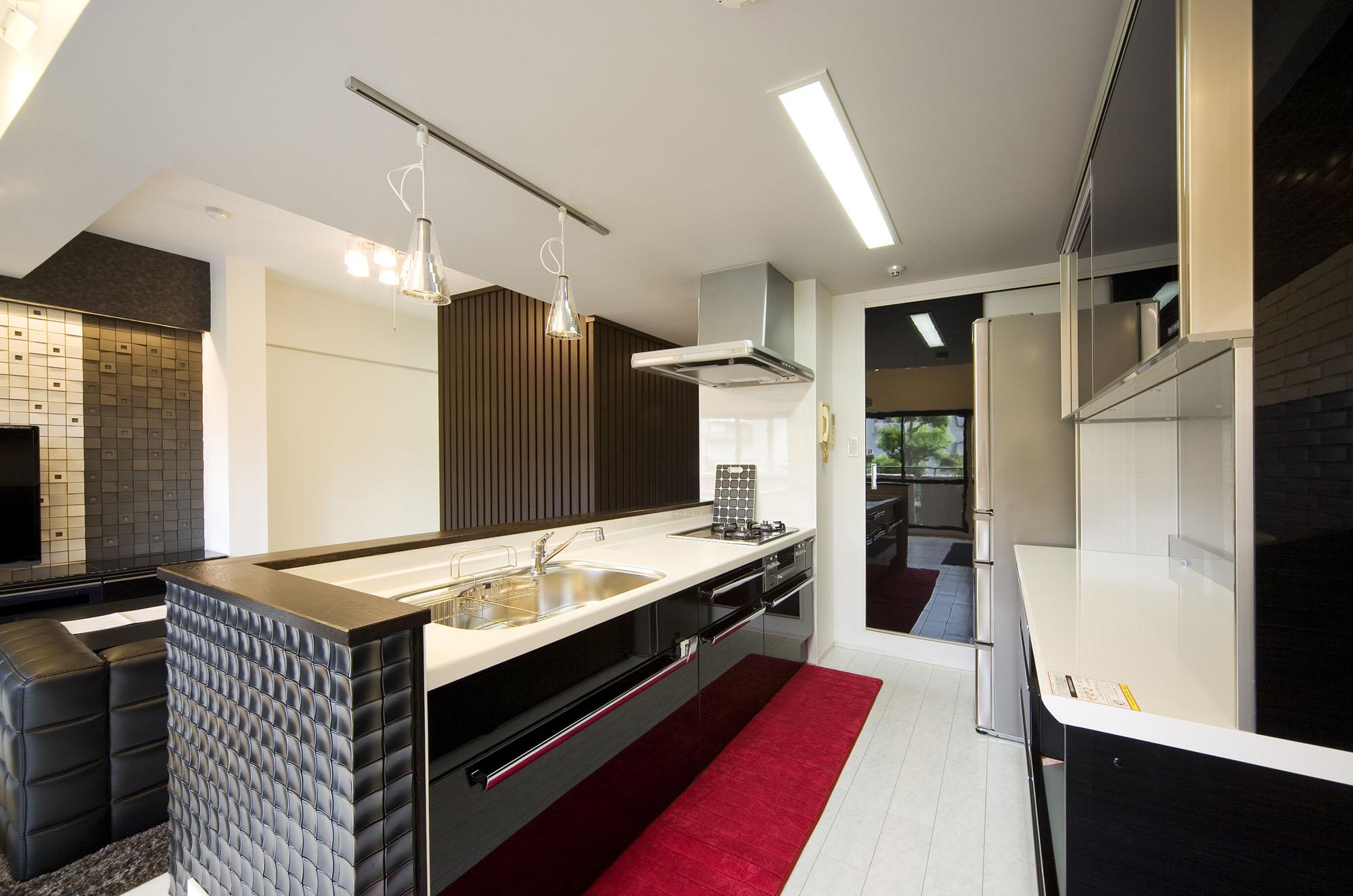黒いキッチン。の写真
