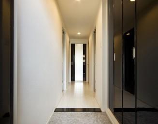 玄関まわりも白と黒。の写真