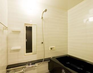 浴室も白と黒。の写真